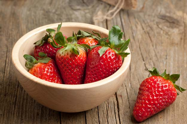 DIY strawberry and yoghurt brightening face mask